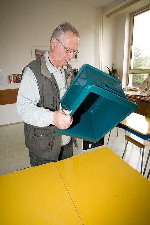 Ve 14 hodin se uzavřely volební místnosti. Komise začaly sčítat hlasy.