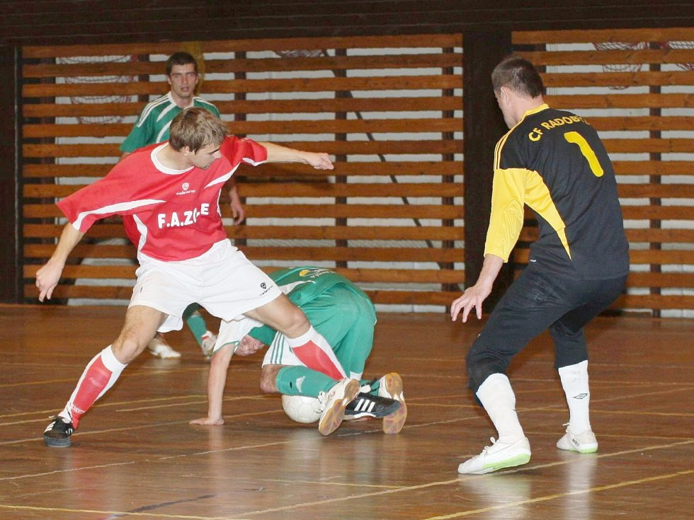 F.A. Zole Česká Lípa - CF Litoměřice 2:5. Beránek (F.A. Zole - v červeném) bojuje před gólmanem Ekrtem s obráncem Mühlfaitem.