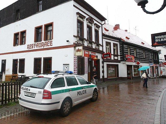 V novoborském baru došlo k brutálnímu útoku v neděli 8. srpna.