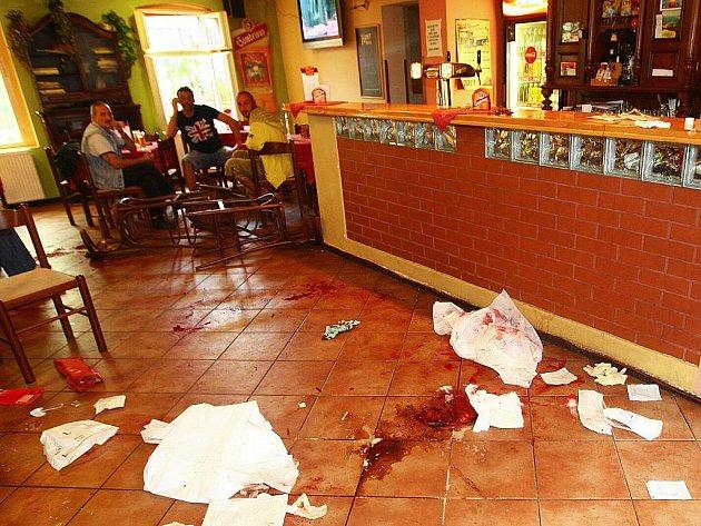 Při útoku v novoborském baru byli v srpnu 2011 zraněni tři lidé.