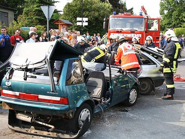 Rychlostí blesku se vrhli do akce hasiči z SDH Cvikov. Než se jejich němečtí partneři rozkoukali, vyprostili z havarovaného auta dvě osoby.