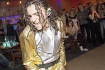 Michaelu Jacksonovi, respektive jeho imitátorovi Lubošovi Hejdovi, patřil sobotní večer v Music clubu Central v České Lípě.