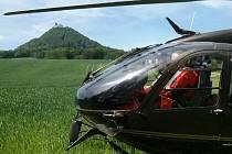Vrtulník LZS Liberec pomocí souřadnic odeslaných aplikací lokalizoval místo zraněného cyklisty u Bezdězu na jednotky metrů a přistál v bezprostřední blízkosti pacienta.