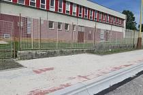 """Autobusová linka číslo 208 bude během školního roku zajíždět také na nově vzniklou zastávku """"Purkyňova"""", která se v současné době dokončuje včetně chodníku u základní školy na Špičáku."""
