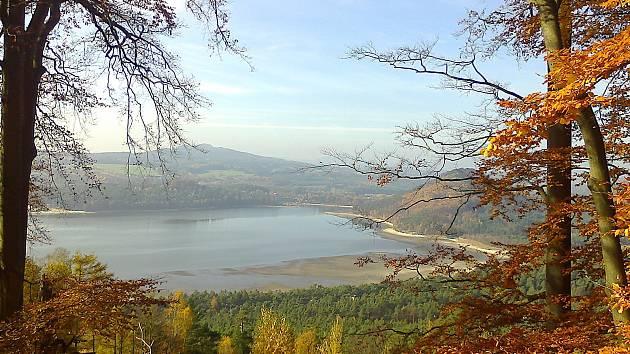 Nádherně zachytil vypouštěné Máchovo jezero a pohled z Borného na Staré Splavy čtenář Deníku.