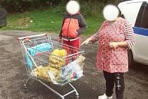 Nákup si žena odvážela i s košíkem.