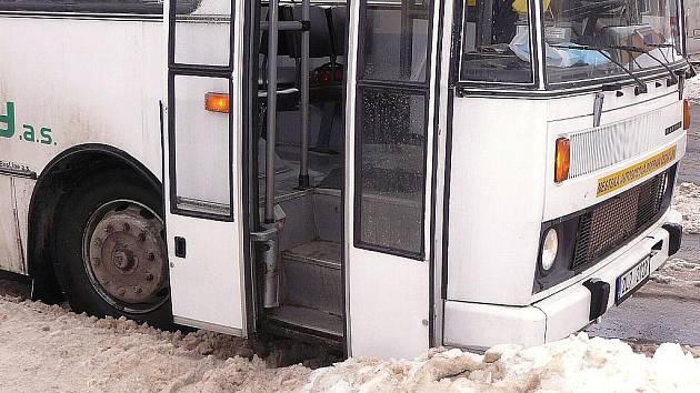 Hromady sněhu na autobusových zastávkách každoročně stěžují nejen výstup a nástup cestujících, ale i práci samotných řidičů. Ti musí zastavit několik kus od zastávek, aby mohli otevřít dveře.