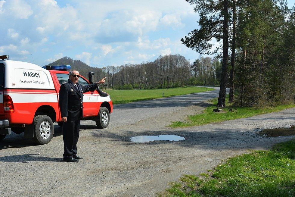 Jiří Havner ukazuje trasu kudy v roce 2001 vedli hasiči své hadice směrem k Ralsku.