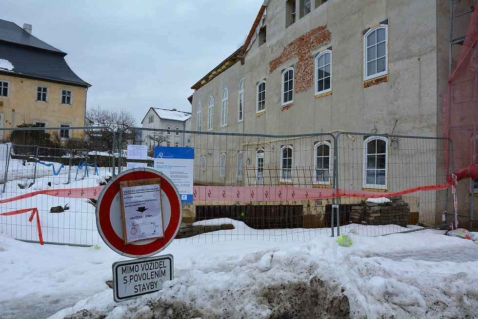 Skalice u České Lípy v únoru roku 2021. Chloubou obce je moderní školní budova, opravená radnice, řada chodníků, božích muk, hasičská jednotka i fotbalové hřiště.
