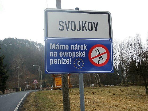 Protestní modrou ceduli vyvěsil ve středu ráno také Svojkov.