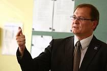 Náměstek Radek Cikl si přijel na českolipské gymnázium vyříkat výhrady ke jmenování nové ředitelky.