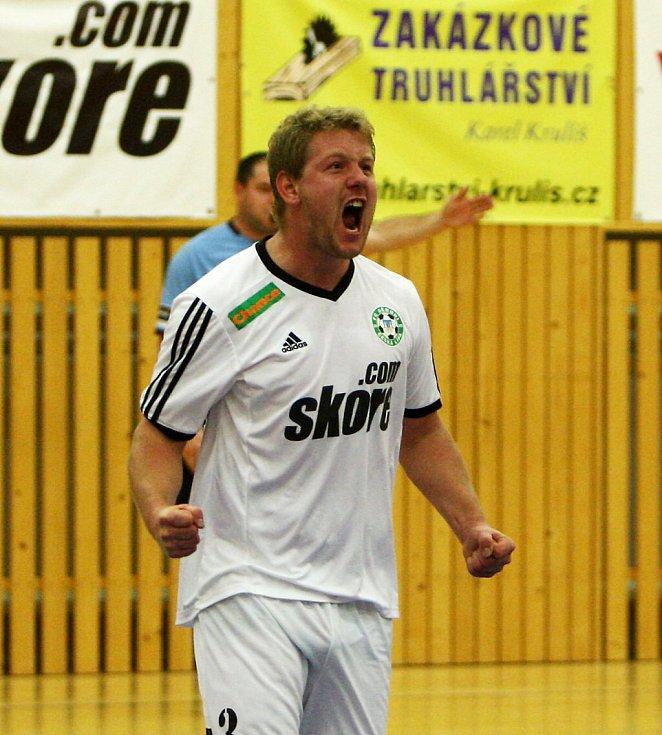 Kaňkovský oslavuje svou první branku, kterou snížil na 1:2.