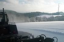 Ode dnešní deváté hodiny ranní je už také v provozu vlek ve Ski areálu Polevsko, svah včera upravila rolba.