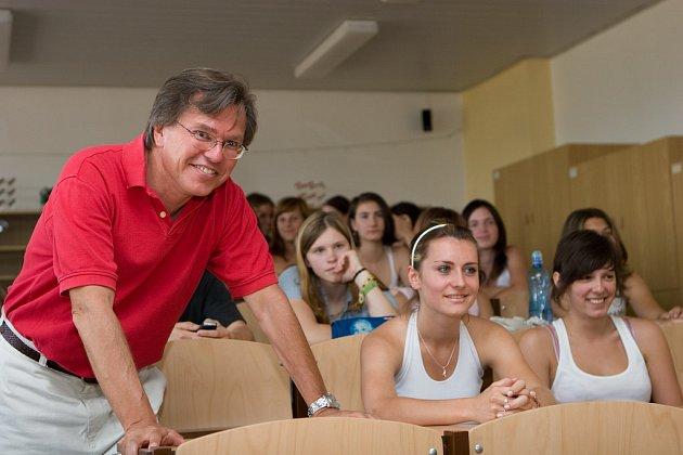 Europoslanec Libor Rouček mezi stundenty českolipského gymnázia