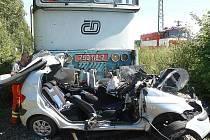 Při nehodě vlaku s autem se těžce zranili dva lidé, které z místa transportoval vrtulník.