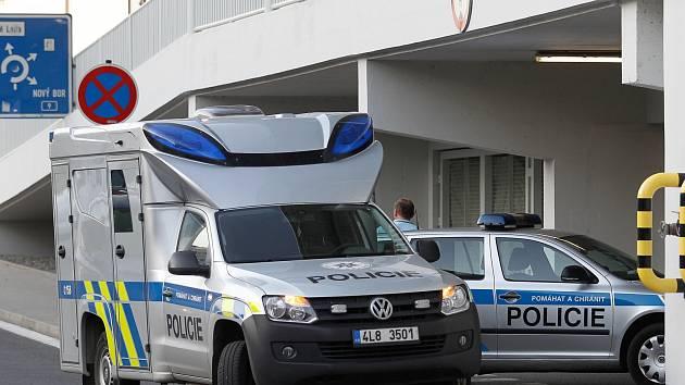 Několik policejních zásahových jednotech zasahovalo v pondělí v podvečer v českolipském hypermarketu Albert na sídlišti Lada.