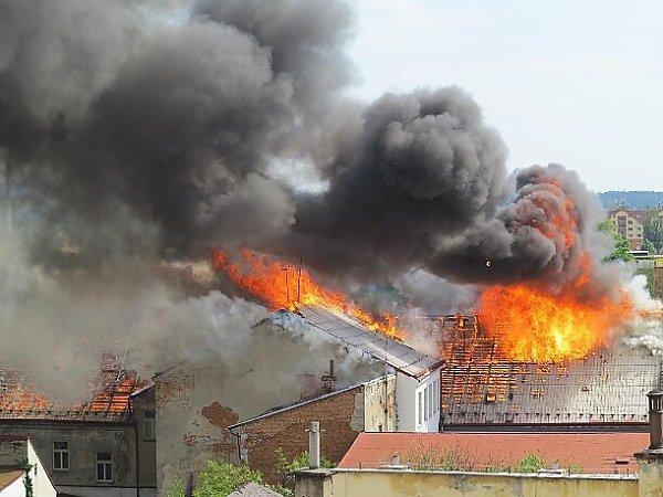 Zřejmě kvůli nedbalosti při sváření shořela celá střecha mohutného nárožního domu, postaveného v18. století.