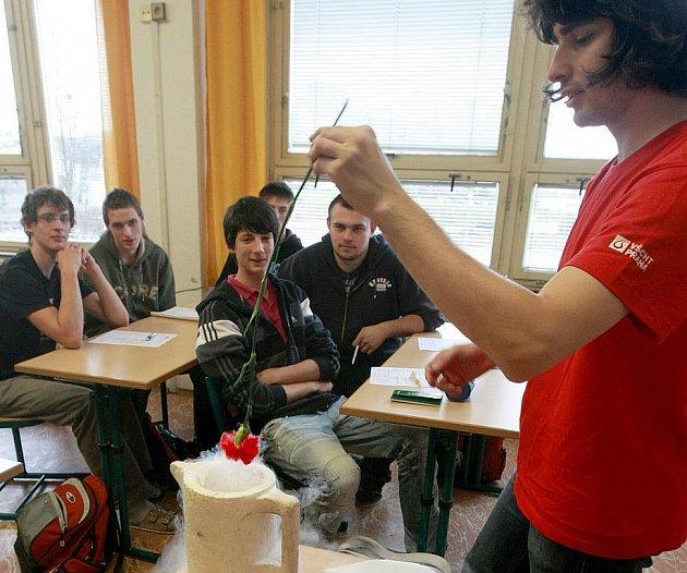 Studenti VŠCHT Michal Opletal a Iva Kloudová navštívili SOŠ Lužická v České Lípě s projektem Zábavná chemie.