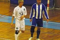 Zkušenost proti dravému mládí. František Kadlec (vpravo) střežil v utkání Lukáše Nevrlého.