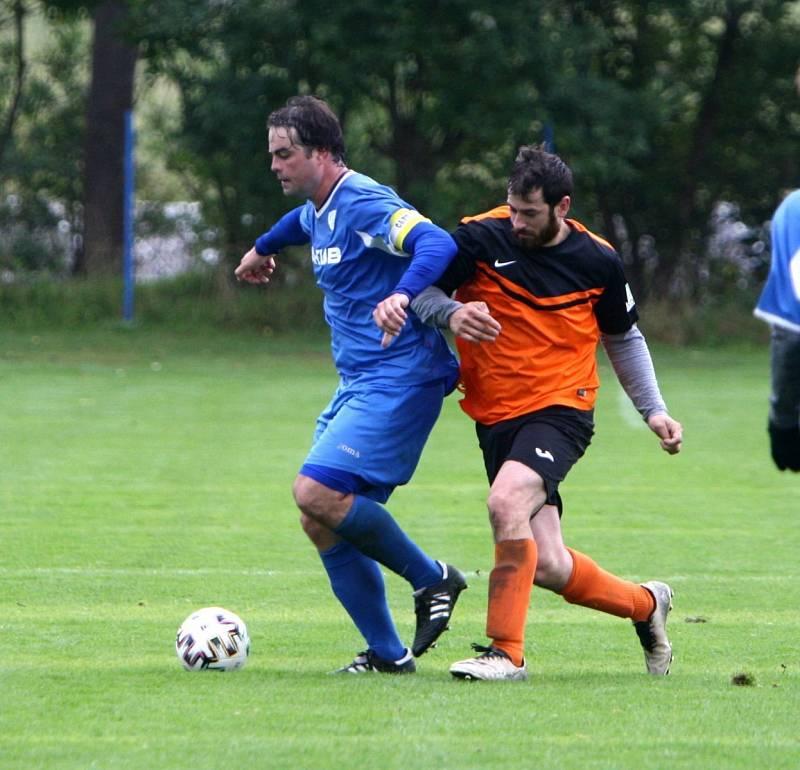 Skalice B (oranžové dresy) - Arsenal B 3:1. Mikysa v souboji s domácím Danielem.