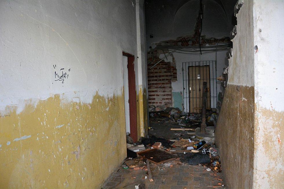 Rozlehlý areál bývalé železniční stanice včetně nádraží je v ruinách a plný nepořádku.