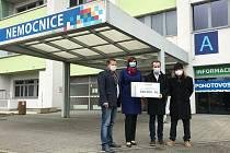 Jednatelé českolipské továrny na svítidla MODUS předali Nemocnici s poliklinikou Česká Lípa šek na 100 tisíc korun.