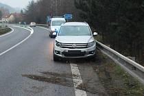 Řidiči havarovali na obchvatu okolo Nového Boru, když nezvládli jízdu pomocí vlečné tyče.