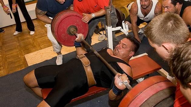 Na snímku je Viktor Kudi při zdolávání pokusu na 250 kilogramech.