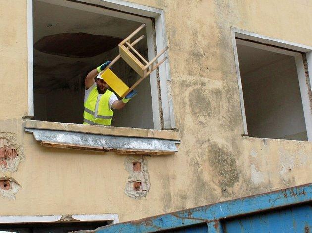 Poslední židle a další vybavení vyhazuje zbudovy bývalé školy vpřírodě vPrysku dělník Kamil Bílý (na snímku). Společně se svou partou připravuje nevyužitou a zchátralou budovu kplánované rekonstrukci, která naplno začne vnejbližší době.