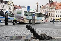 Řidič se s autobusem vydal na náměstí, a to i přesto, že zde platí zákaz vjezdu vozidel nad 3,5 tuny.