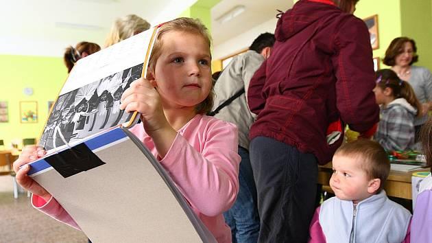 Den otevřených dveří spojila škola v Dubé s velikonočním jarmarkem.