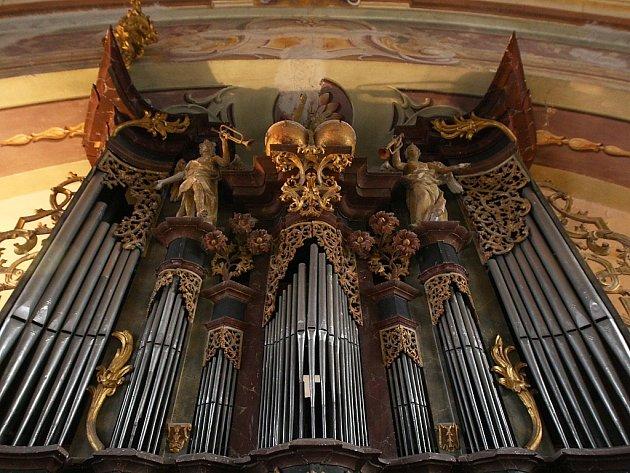 Na unikátní varhany z konce 18. století v kostele v Holanech po roce opět zahraje Adam Viktora.