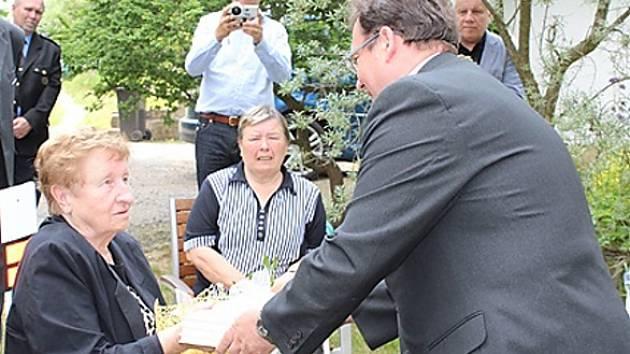 Odhalení pamětní desky se zúčastnil také starosta Jaromír Dvořák a předal dceři Emmy Jabautzké Anežce třídílné Dějiny Nového Boru, v nichž novoborský historik Vladislav Jindra zmapoval i osudy paní Emmy.