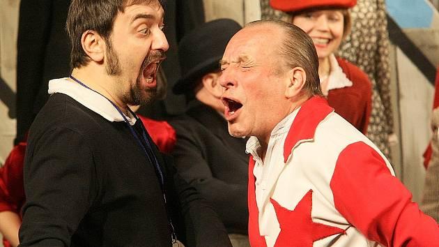 Herci z Mladoboleslav¬ského divadla zavítali do Městského divadla v Novém Boru s představením Muži v offsidu.