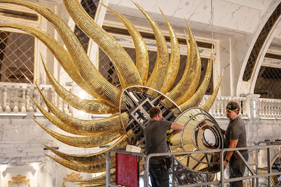 Během montáže tým na místě strávil až dva měsíce uvnitř kovového monstra.