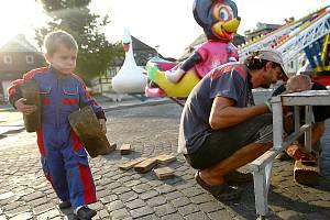 Kolotoče a další pouťové atrakce obsadily borské náměstí, kde již od pondělí vzniká velký lunapark.