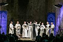 Saský hrad Oybin rozezpívala Schola Gregoriana Pragensis posílená o zpěv a tóny gotických harf v podání Barbory Kabátkové a Hany Blažíkové.
