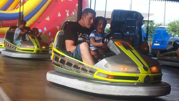 Adrenalinové zážitky nabídly návštěvníkům tradiční pouti v Brništi rozmanité pouťové atrakce. Křik a výskot se ozýval z horské dráhy, autodromu, pokojného výhledu si pak užívali děti i dospělí z velkého i malého řetízkového kolotoče.