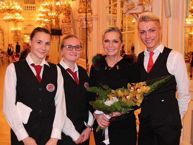 Roztančený Pražský hrad během prezidentského plesu měli itentokrát za úkol obsloužit studenti českolipské Euroškoly.