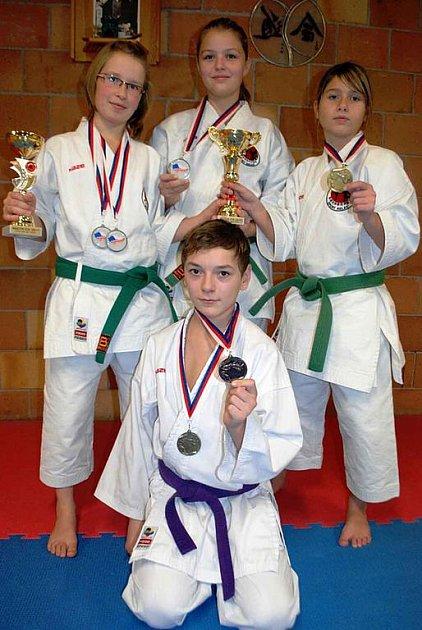 Na snímcích jsou zástupci Sport Relaxu a držitelé medailí z MČR v Ústí n. L.