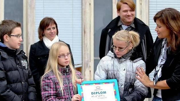 Diplom za prvenství  v soutěži o nejlepší školu převzaly děti společně s ředitelkou Lucií Jandovou od duchovního otce klání Roberta Neuberta ve středu