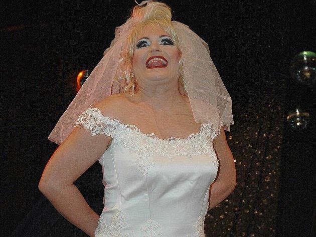 Transvestité z brněnské skupiny Scandal ladies se po roce vrátili do České Lípy, aby zhruba stovku přítomných diváků pobavili někdy velmi peprným humorem, za což sklidili velký aplaus.