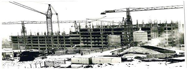 10. září 1976byl ke stavbě položen základní kámen vblízkosti dosavadní chirurgie vPurkyňově ulici.