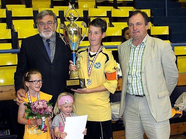 Historický úspěch v podobě zisku cenných stříbrných medailí z finálového turnaje mistrovství České republiky futsalistek vybojovaly hráčky českolipského klubu FC Démoni.