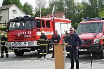 Sbor dobrovolných hasičů v Novém Oldřichově převzal dva zbrusu nové hasičské vozy.