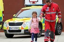 Záchranáři doprovodili prvňáčky do školy v Kravařích.