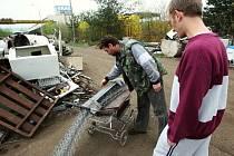 Pracovník sběrny v českolipské čtvrti Dubice se hrozně diví, co to vlastně všechno byl ochotný vykoupit