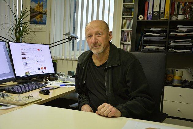 Architekt Jiří Kňákal zOkrouhlé je jedním zautorů budovy České Spořitelny vHrnčířské ulici.
