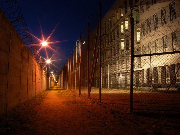 Věznice Stráž pod Ralskem vznikla vroce 1973způvodních ubytoven, které sloužily pro pracovníky uranových dolů.