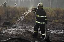 SRPEN 2015. S rozsáhlým lesním požárem nedaleko Bezdězu bojovalo loni v srpnu dvanáct hasičských jednotek. Hořely velké hromady klestu a kvůli silnému větru se požár rychle rozšířil mezi nové stromky.